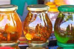 Eine Schale Kräutertee mit frischer Minze, Honig, Zitrone, Ingwer auf rustikalem weißem hölzernem Hintergrund Draufsicht, Kopienr stockfotos