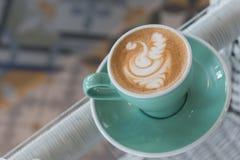 Eine Schale Lattekunstkaffee lizenzfreie stockbilder