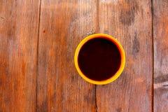 Eine Schale mit einem Getränk auf einem Holztisch draußen Lizenzfreies Stockfoto