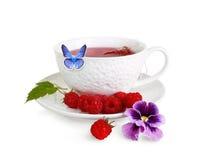 Eine Schale mit einem wohlriechenden Tee und einem Schmetterling Stockbilder