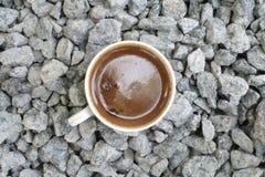 Eine Schale natürlicher Kaffee auf verschiedenen Oberflächen Stockfotos