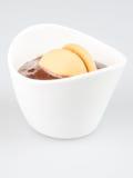 Eine Schale Pudding mit Keksen Stockfoto