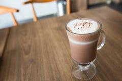Eine Schale Schokolade auf Holztisch Lizenzfreies Stockbild