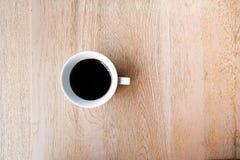 Eine Schale schwarzer Kaffee auf Holztisch Lizenzfreies Stockfoto