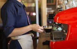 Eine Schale schwarzer Kaffee in einer Hand Lizenzfreies Stockfoto