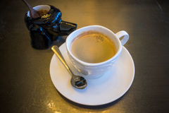 Eine Schale schwarzer Kaffee mit Zuckerglas Stockfotos