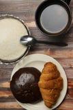 Eine Schale schwarzer Kaffee und Gebäck stockfoto