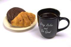 Eine Schale schwarzer Kaffee und Gebäck stockfotografie