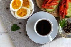 Eine Schale starker Kaffee u. x28; espresso& x29; , Nahaufnahme und einfaches Diätfrühstück Stockbild
