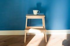 Eine Schale steht auf einem Holzstuhl Stockfotografie