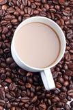 Eine Schale von Coffe und von Kaffeebohne Stockfotos