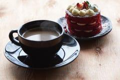 Eine Schale von coffeee und Erdbeerkuchen stockfoto