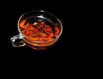 Eine Schale wohlriechender heißer Tee auf einem schwarzen Hintergrund Lizenzfreie Stockfotos