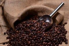 Eine Schaufel des Kaffees lizenzfreies stockbild