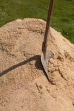 Eine Schaufel in einem Sand Lizenzfreies Stockbild