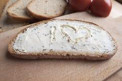 Eine Scheibe brot mit Käse lizenzfreies stockbild