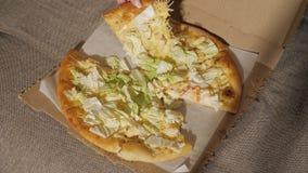 Eine Scheibe der Pizza in seiner Hand stock video