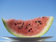 Eine Scheibe der Wassermelone auf einer Platte Lizenzfreie Stockbilder