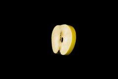 Eine Scheibe des Apfelfrei schwebens Lizenzfreie Stockbilder