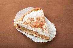 Eine Scheibe des geschmackvollen frischen gebackenen Apfelkuchens mit Käse und Creme stockfoto