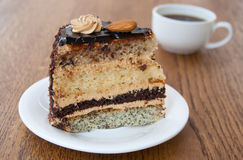 Eine Scheibe des Kuchens mit einem Tasse Kaffee Stockbild