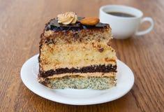 Eine Scheibe des Kuchens mit einem Tasse Kaffee Stockfoto