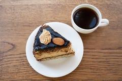 Eine Scheibe des Kuchens mit einem Tasse Kaffee Stockfotos