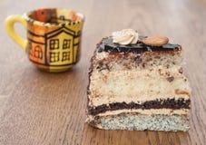 Eine Scheibe des Kuchens mit einem Tasse Kaffee Lizenzfreie Stockbilder