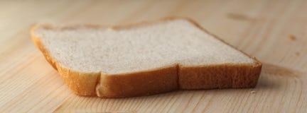Eine Scheibe des weißen Brotes Stockfotos