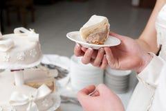 Eine Scheibe eines Hochzeitskuchens Lizenzfreie Stockfotos