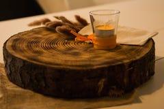 Eine Scheibe eines Holzes im Restaurant lizenzfreies stockfoto