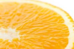 Eine Scheibe eines orange Fruchtabschlusses auf Weiß Lizenzfreies Stockfoto