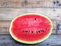 Eine Scheibenhälfte der frischen Wassermelone lizenzfreie stockfotografie