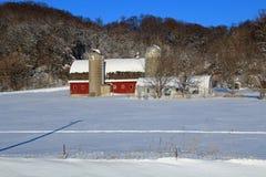 Eine Scheune im Winter lizenzfreie stockbilder