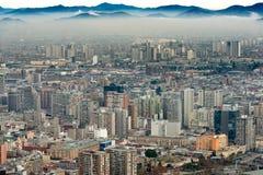 Eine Schicht Smog bedeckt im Stadtzentrum gelegenes Santiago stockbild