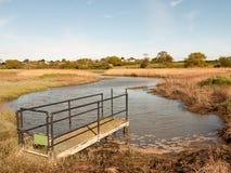Eine Schleuse draußen im Land auf einem Fluss Lizenzfreie Stockfotografie
