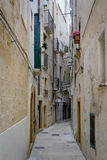 Eine schmale Gasse in Monopoli, Puglia, Italien Lizenzfreie Stockfotos