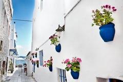 Eine schmale Straße, das Mittelmeer im Hintergrund, Bodrum Lizenzfreie Stockfotografie