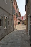 Eine schmale Straße in Murano Insel, Italien Lizenzfreies Stockbild