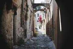 Eine schmale Straße in Rhodos Lizenzfreie Stockbilder