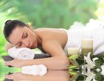 Eine schöne Frau, die im Badekurort sich entspannt Stockfotos