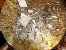 Eine Schneekugel mit einem winterlichen Szenenweihnachten-decoraton stockbilder