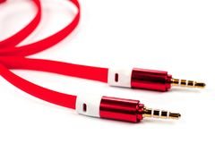 Eine Schnur mit 3 5mm helles rotes Verbindungsstück auf einem weißen Hintergrund Stockbilder