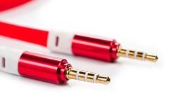 Eine Schnur mit 3 5mm helles rotes Verbindungsstück auf einem weißen Hintergrund Stockbild