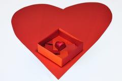 Eine Schokolade im Origamikasten Stockbild