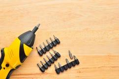 Eine Schraube, die in Holz geschraubt wird Lizenzfreie Stockfotos