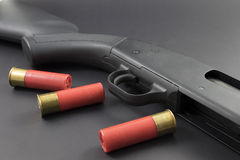 Eine Schrotflinte mit roten Schrotflintenoberteilen Lizenzfreie Stockfotografie