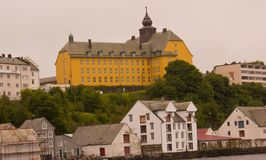 Eine Schule auf einem Hügel in Alesund, Norwegen lizenzfreies stockfoto