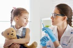 Eine Schutzimpfung zu einem Kind stockbild
