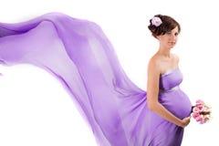 Eine schwangere Frau im Flugwesenkleid Stockbild